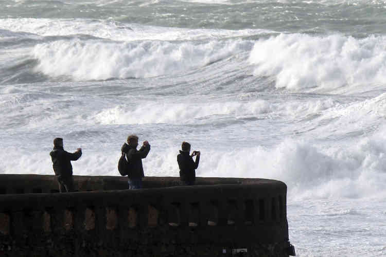 A Biarritz (Pyrénées-Atlantiques), la plage a été interdite au public par mesure de sécurité.
