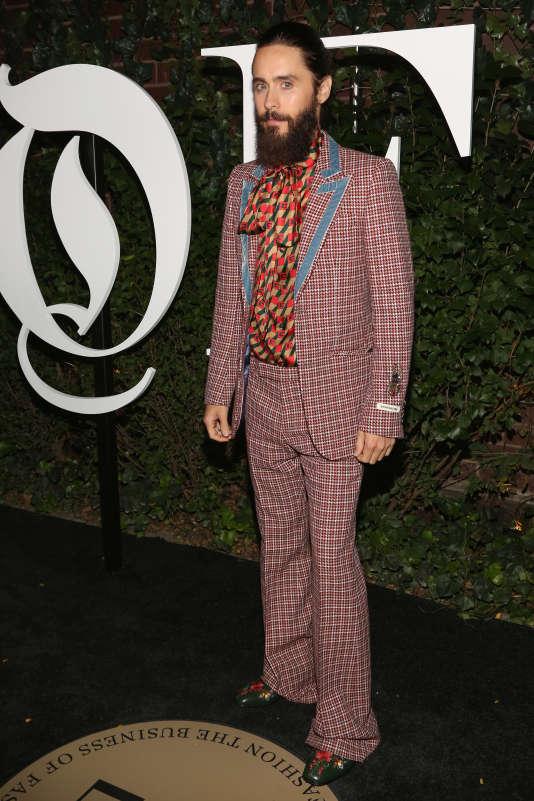 L'acteur Jared Leto, véritable caméléon de la mode, se tient ici presque à carreau.
