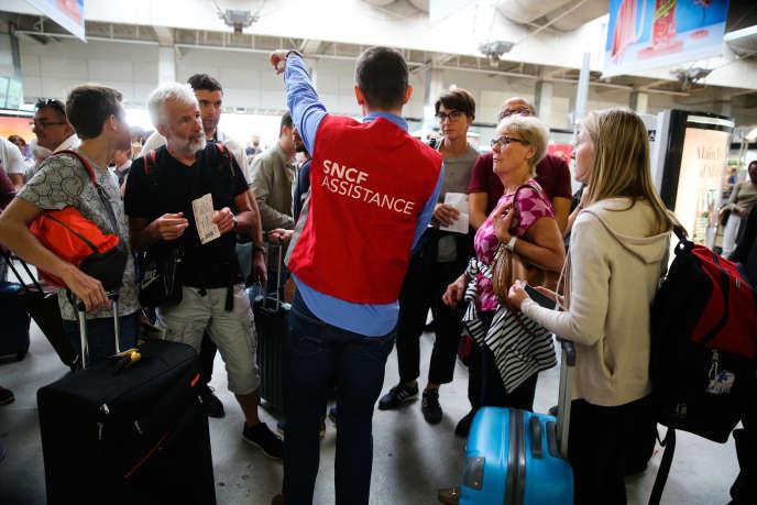 Des passagers victimes d'un grave dysfonctionnement qui a perturbé le trafic durant trois jours, à la gare Montparnasse, à Paris, le 31 juillet.