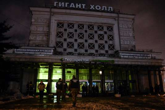Sur les lieux de l'attaque d'un supermarché, à Saint-Pétersbourg, le 27 décembre 2017.