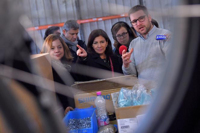 La maire de Paris, Anne Hidalgo visite l'usine Arcade cycles, où sont assemblés les nouveaux vélib', à La Roche-sur-Yon, le 19 décembre.