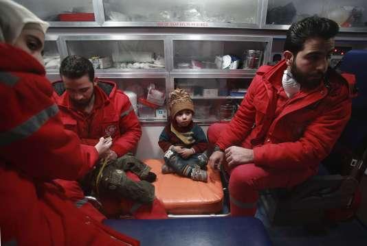 Opération d'évacuation dans la Ghouta orientale, en périphérie de Damas, le 26 décembre.