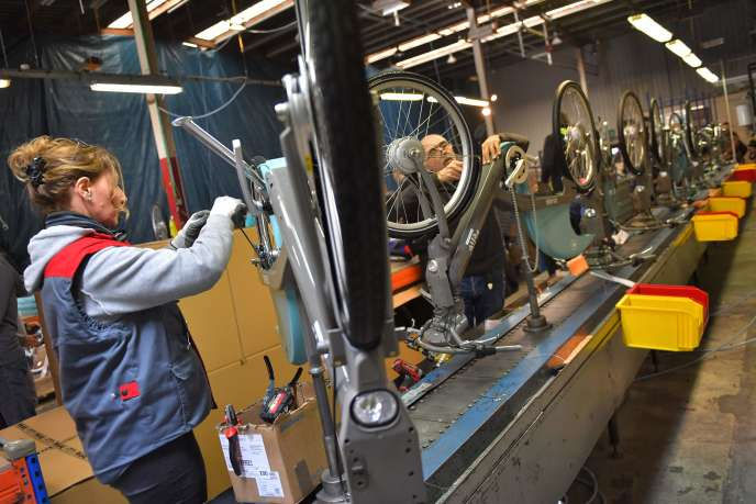 Des employés de l'usine Arcade Cycles assemblent des Vélib', à La Roche-sur-Yon, le 19décembre.