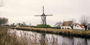 Un charmant moulin sur les rives du canal de Damme, dans la campagne flamande.