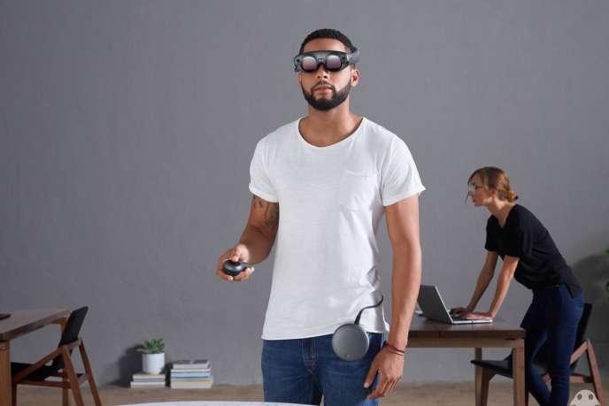 Les lunettes de réalité augmentée One de Magic Leap sont connectées à une télécommande et à un boîtier fournissant la puissance nécessaire.
