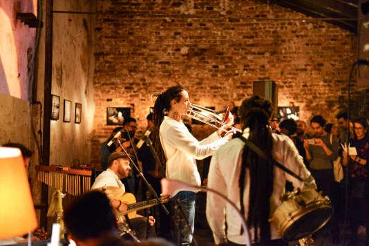 L'Orchestre Parfum invite le public à découvrir ses fragrances lors dereprésentations.