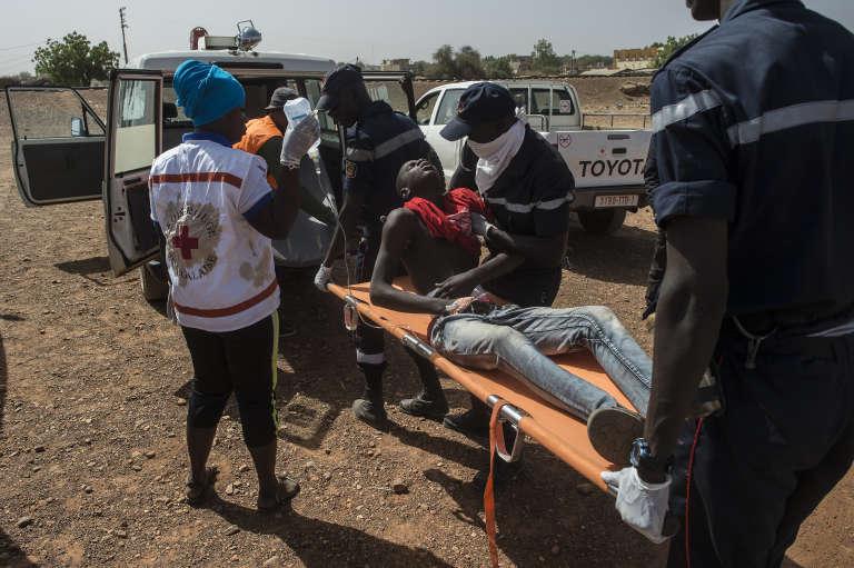 Des dizaines de civils ont participé à l'exercice de simulation de crise organisé par l'OIM à Kidira, au Sénégal, le 13 décembre 2017, notamment en jouant le rôle de personnes déplacées.
