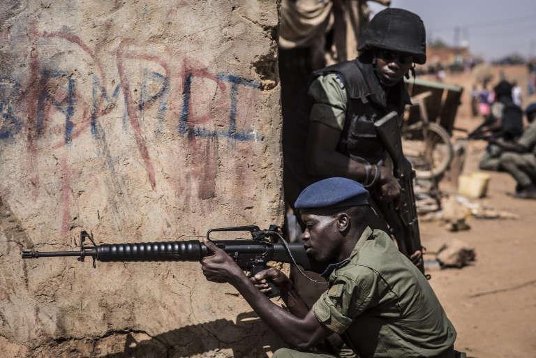 Gendarmes, militaires, douaniers, sapeurs-pompiers et membres des services de santé sénégalais ont été mobilisés pour la simulation d'attaque terroriste à Kidira, le 13 décembre 2017.