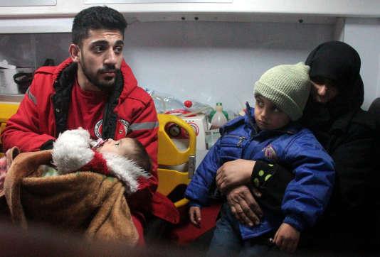 Des malades sont évacués de laGhouta orientale (Syrie), le 27 décembre 2017.