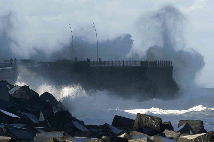 La tempête se dirige maintenant vers l'Italie. En Espagne, onze provinces de l'est et du nord ont été placées en état d'alerte. Les fortes rafales de vent ont provoqué la mort de deux personnes, sur la côte catalane et sur l'île de Majorque. En Belgique, un homme a également été tué dans la chute d'une grue emportée par une bourrasque à Nieuport.