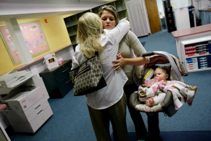 Une mère en visite dans un centre de traitement pour bébés dépendants aux opioïdes, à Huntington (Virginie-Occidentale), en octobre 2015.