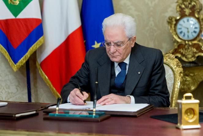 Le président italien, Sergio Mattarella, contre-signe le décret de dissolution du Parlement, à Rome, le 28 décembre.