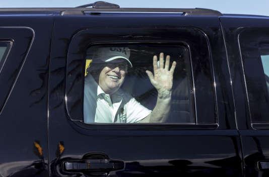 Le président des Etats-Unis Donald Trump salue ses partisans sur le chemin de sa résidence de Mar-a-Lago en Floride, le 28 décembre.