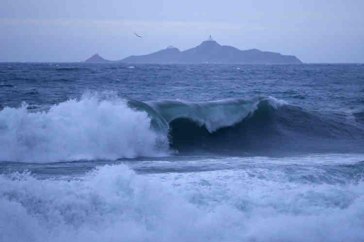 La Corse-du-Sud l'est toujours, avec une vigilance particulière sur les zones basses ou exposées du littoral, selon Météo France.