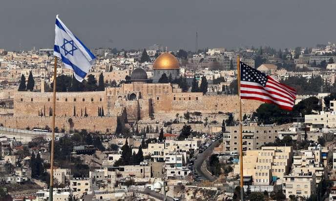 Drapeaux israélien et américain dressés sur le toit d'une colonie de Jérusalem-Est, face à la vieille ville, le 13 décembre.