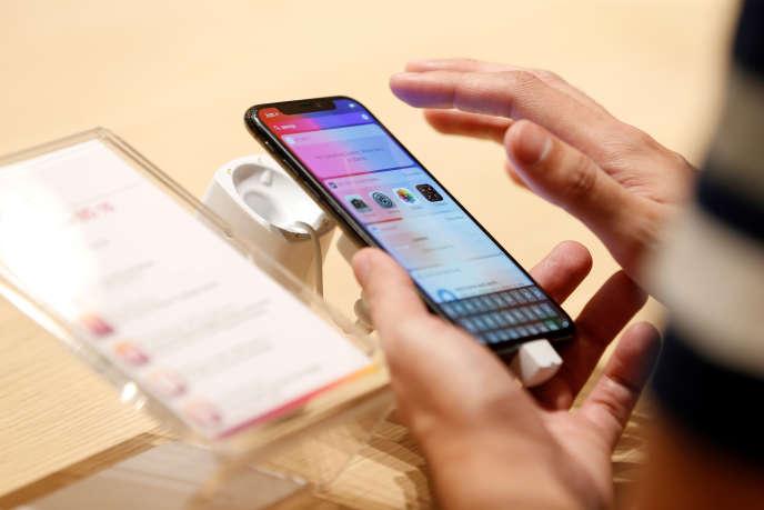Un client teste l'iPhone X d'Apple dans un magasin à Manama (Barheïn), en novembre.