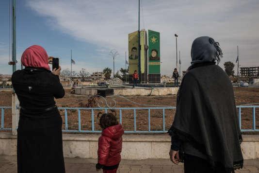 Monument aux martyrs kurdes à Kamechliyé, ville syrienne située à la frontière turque, le 23 novembre.
