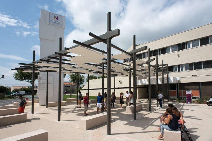 L'IN'ESS à Narbonne est un lieu mêlant espace de coworking, fablab et restauration. Ouvert dans un quartier prioritaire de la politique de la ville, il s'adresse notamment aux jeunes chômeurs, en proposant formation et accompagnement.