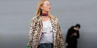 Le mannequin Romee Strijd arborant un tee-shirt à logo Gucci.