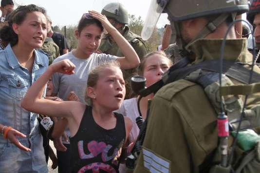 Ahed Tamimi à 11 ans, en 2012, faisant face à un soldat israélien.
