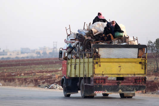 Des civils fuient leurs villages, à bord de véhicules transportant bagages et meubles, et se dirigent vers la ville d'Idlib, chef-lieu de la province du même nom.