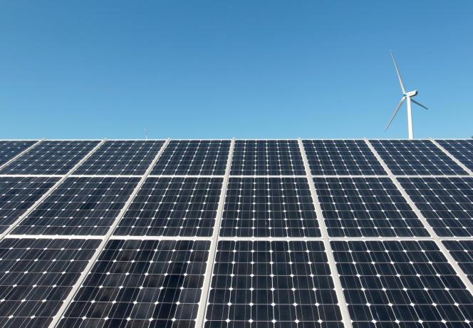 « A ce jour, les énergies renouvelables ne représentent qu'une part infime de la production d'électricité en France – seulement 4 % pour l'éolien et moins de 2 % pour le photovoltaïque» (Photo: éolienne et panneaux solaires, en Corée du Sud, en 2010).