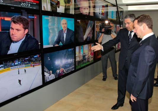 L'ancien président Dmitri Medvedev, aujourd'hui premier ministre, dans les locaux deVGTRK, la compagnie d'Etat russe de radio-télévision, en 2011.