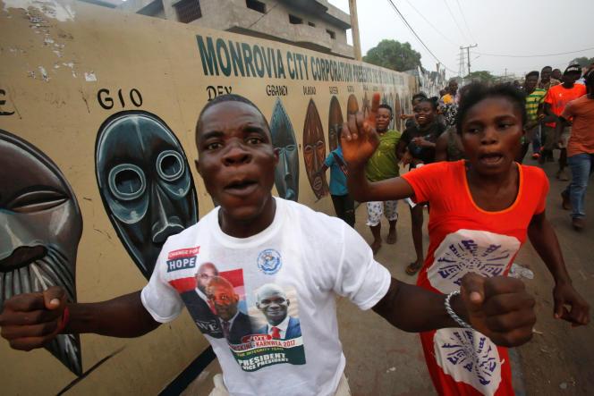 Des habitants de Monrovia (Liberia) fêtent la victoire de George Weah à l'élection présidentielle, le 28 décembre.