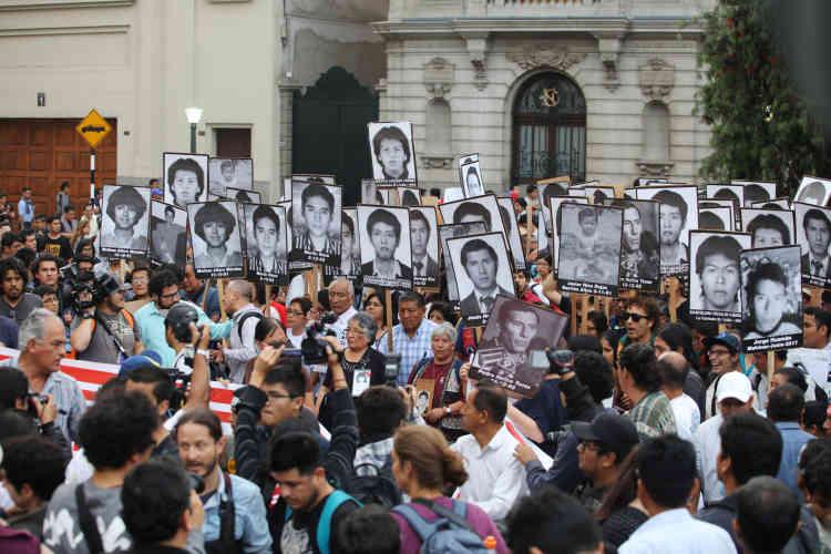 Des manifestants ont brandi les portaits de victimes du gouvernement d'Alberto Fujimori.