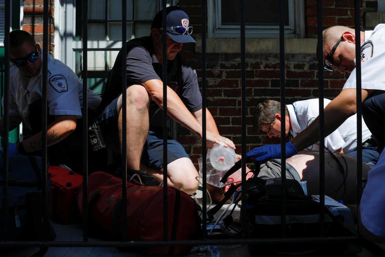 Os serviços de emergência tentam trazer um homem que teve uma overdose de opiáceo de volta a si próprio em Salem, Massachusetts, EUA, a 9 de Agosto.