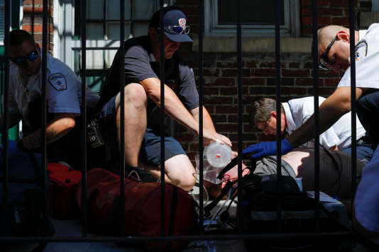 Les services d'urgences tentent de faire revenir à lui un homme en surdose d'opioïde à Salem (Massachusetts), aux Etats Unis, le 9 août.