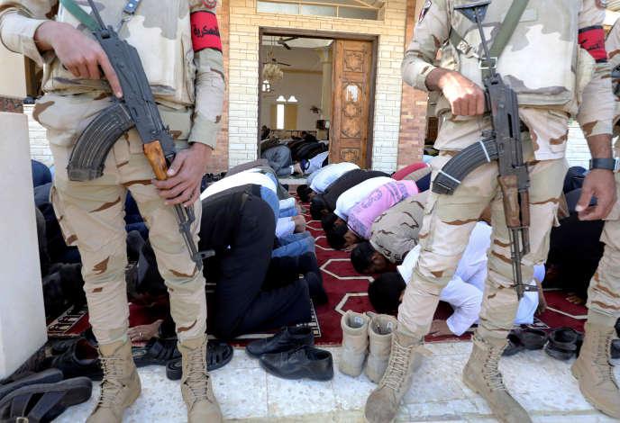 La mosquée Al-Raoudah sous protection militaire, à Bir Al-Abd, dans le Sinaï égyptien, le 1er décembre.