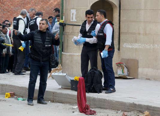 La police inspecte le site de l'attaque dans le quartier de Helwan, dans le sud du Caire, le 29 décembre.
