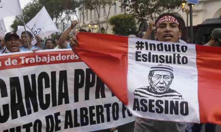 « Le pardon est une insulte, assassin», est-il écrit sur cette banderole.M. Fujimori a demandé « pardon », le 26 décembre, pour les actes commis par son gouvernement entre 1990 et 2000.