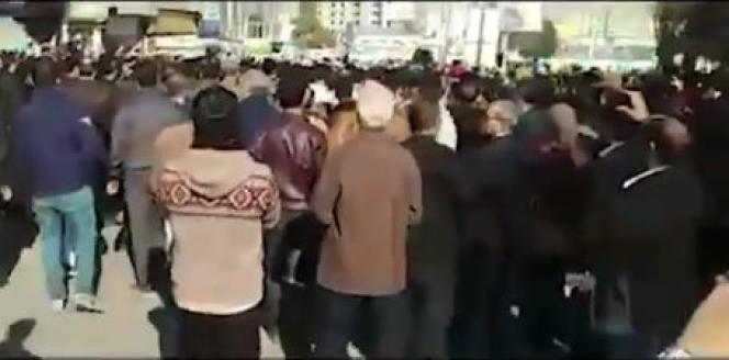 Capture d'écran d'une vidéo diffusée sur les réseaux sociaux montrant des manifestants dans la ville iranienne de Kermanshah, vendredi 29 décembre.