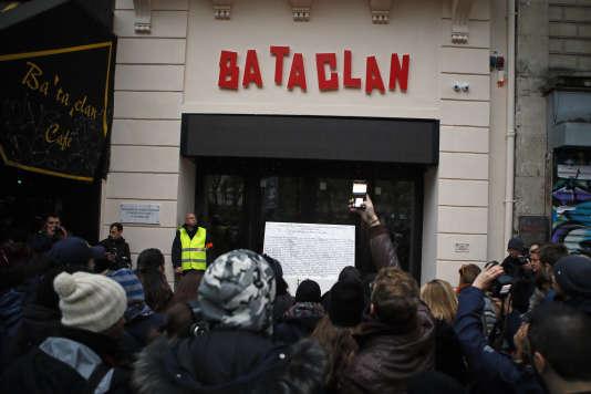Des Parisiens se rassemblent devant le Bataclan, le 13 novembre 2016, à Paris.