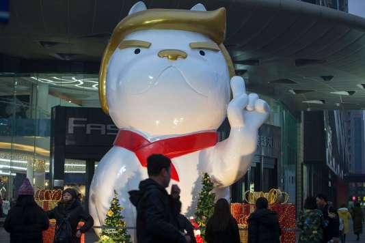 La statue géante d'un chien installée dans un centre commercial deTaiyuan, en Chine, le 29 décembre.