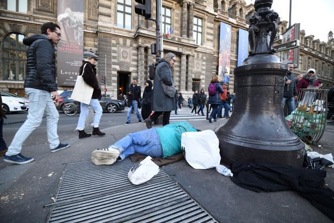 Un sans-abri près du musée du Louvre à Paris, le 28 décembre.