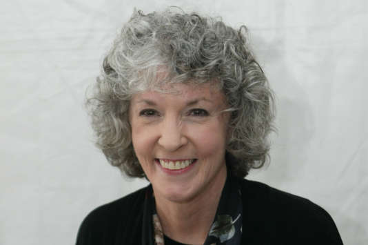 En avril 2005, la romancière Sue Grafton posant avec un exemplaire de son livre « R pour Ricochet » lors du 10e festival du livre organisé par «The Los Angeles Times», à l'UCLA, université de Californie à Los Angeles.