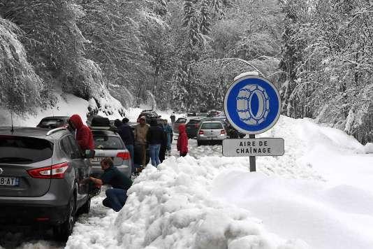 La neige est tombée en abondance sur les Alpes, rendant la circulation difficile samedi 30 décembre.