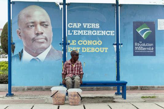 Portrait de Joseph Kabila à un arrêt de bus de Kinshasa, le 31 décembre 2016.