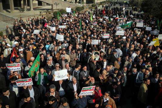 Des manifestations en soutien du régime d'Hassan Rohani se sont tenus dans tout le pays samedi 30 décembre, en parallèle des rassemblements contre tout le pouvoir qui agitent le pays depuis jeudi.