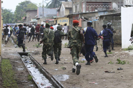 La police dispersant les manifestants à Kinshasa, dimanche 31 décembre.