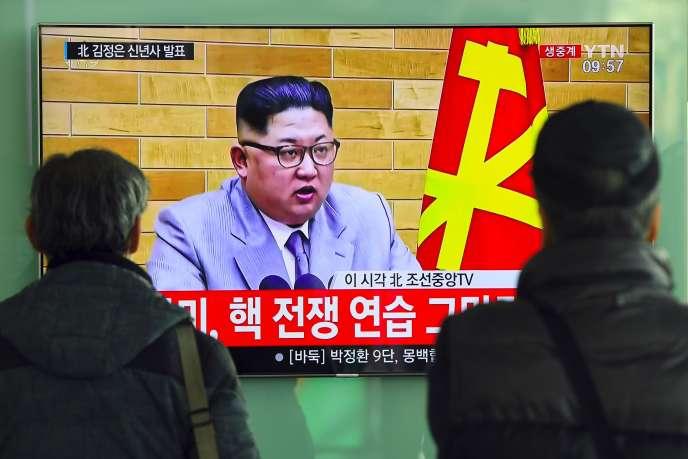 Le discours des vœux du dirigeant nord-coréen Kim Jong-un, diffusé dans la gare de Séoul, lundi 1er janvier.