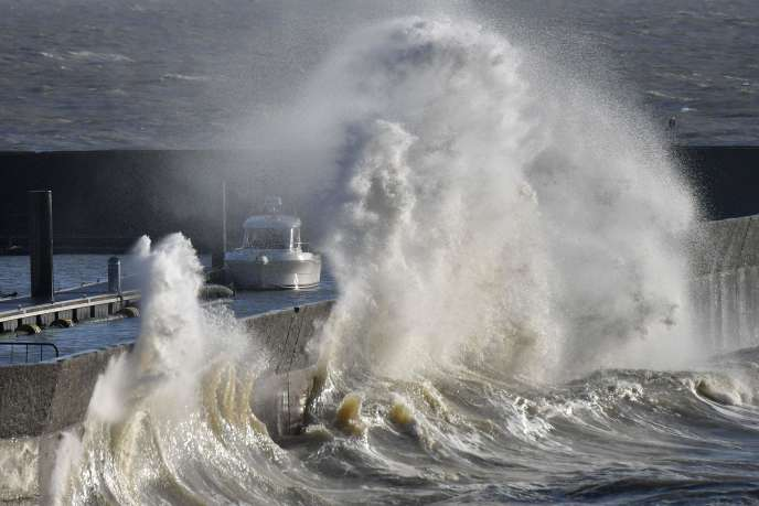 Une vague se brise sur la digue du port de Pornic, lundi 1er janvier 2017, en Loire-Atlantique.