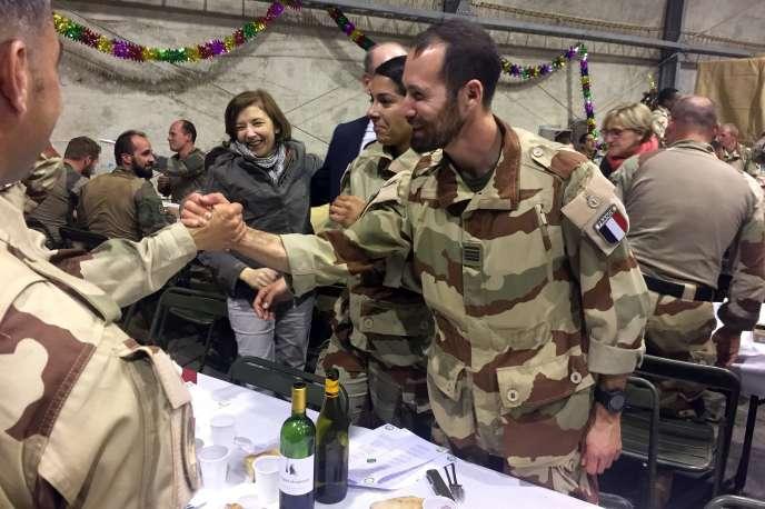 Florence Parly, ministre des armées, lors du dîner du Nouvel An organisé le 31 décembre 2017 avec les soldats français de l'opération « Barkhane », à Tessalit (nord du Mali).
