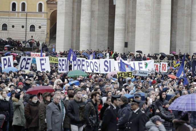 Quarante mille fidèles étaient rassemblés place Saint-Pierre lundi1erjanvier pour écouter la première bénédiction de l'Angelus du pape.