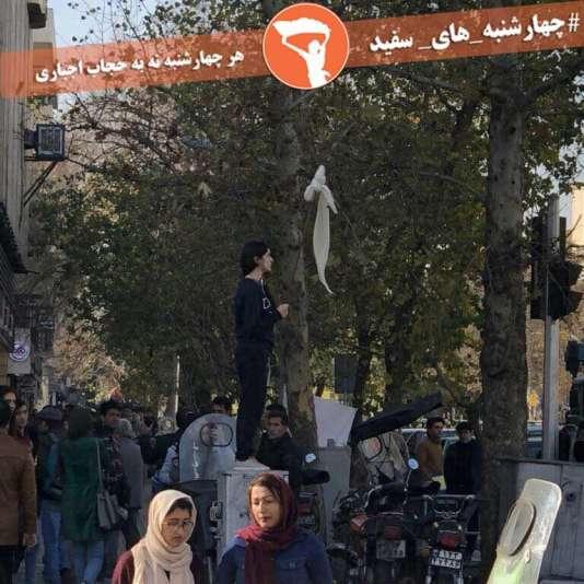 Image d'une jeune fille retirant son voile à Téhéran publiée sur la page Facebook de la militanteMasih Alinejad jeudi 28 décembre.