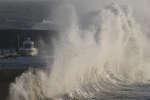 Une vague s'écrase sur la côte, à Pornic, pendant la tempête Carmen, le 1erjanvier2018.