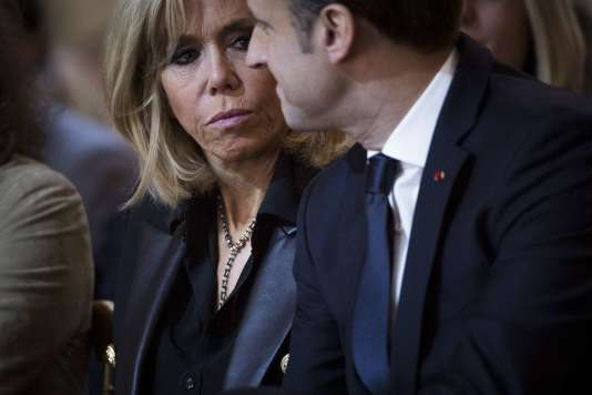 Le président Emmanuel Macron accompagné de son épouse, Brigitte Macron,à l'Elysée, le 25 novembre 2017.